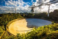 Grote radiotelescoop in het nationale waarnemingscentrum van Arecibo royalty-vrije stock foto's