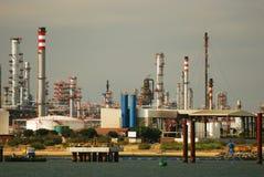 Grote raffinaderij - de fabriek van de Olie en van het gas. Stock Foto