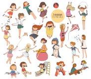Grote reeks illustraties van pretjonge geitjes in diverse de zomeractiviteiten op speelplaats Meisjes die, het glimlachen, het ko Stock Foto