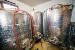 Grote reservoirs met wijn Bij de productiewijnmakerij royalty-vrije stock afbeeldingen