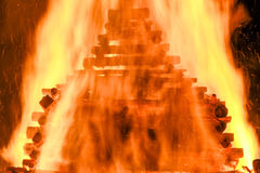 Grote reusachtige traditionele brand Het branden van heksen in een vuur Stock Foto