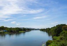 Grote rivier met bomen en blauwe hemel goede mening Royalty-vrije Stock Afbeeldingen