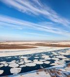 Grote rivier met drijvende ijsijsschollen, hoogste mening royalty-vrije stock foto's