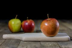 Grote rode appelen in een donkere houten doos Houten krat en appelen  Royalty-vrije Stock Foto's