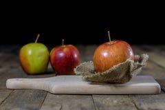 Grote rode appelen in een donkere houten doos Houten krat en appelen  Stock Afbeelding