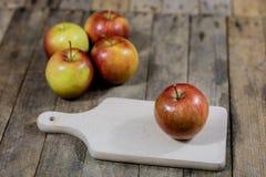 Grote rode appelen in een donkere houten doos Houten krat en appelen  Stock Foto's