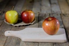 Grote rode appelen in een donkere houten doos Houten krat en appelen  Royalty-vrije Stock Foto