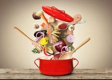 Grote rode pot voor soep royalty-vrije stock afbeeldingen