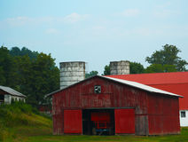 Grote Rode Schuur en tractor Stock Afbeeldingen