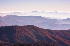 Grote rokerige berg Stock Fotografie