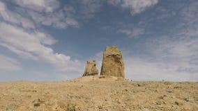 Grote rots in de woestijn stock videobeelden