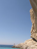 Grote rots in diep blauw stock fotografie
