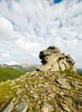 Grote rots op een achtergrond van bergen Royalty-vrije Stock Afbeelding