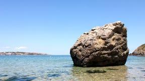 Grote rots op het strand Stock Foto's