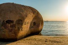 Grote rots op het strand Royalty-vrije Stock Afbeeldingen