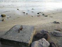 Grote rots op het strand Stock Foto