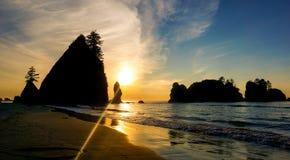 Grote rotsen bij de Vreedzame Oceaan bij zonsondergang stock afbeeldingen
