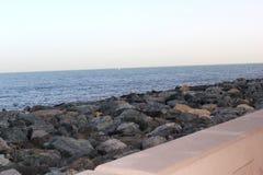 Grote rotsen op de overzeese kust Stock Afbeeldingen