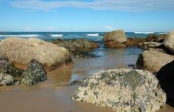 Grote Rotsen op het Strand royalty-vrije stock foto's