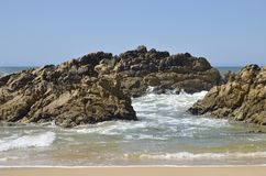 Grote rotsen op overzees Stock Foto