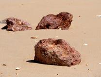Grote Rotsen op Strand op Ilha DE Barreta Portugal royalty-vrije stock fotografie