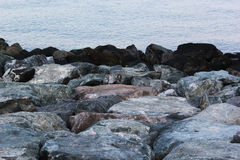 Grote rotsen op van het overzeese de randzeegezicht kustwater ` s op de zomerdag royalty-vrije stock fotografie