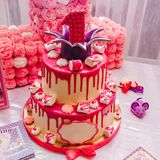 Grote roze cake op twee niveaus met een eenheid op bovenkant voor een kinderen` s verjaardag stock afbeelding