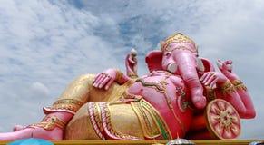 Grote roze Ganesha in ontspannen stelt Royalty-vrije Stock Afbeeldingen