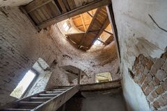 Grote ruime achtergelatene lege kelderverdiepingsruimte van de oud bouw of paleis met gebarsten gepleisterde bakstenen muren, kle royalty-vrije stock afbeeldingen