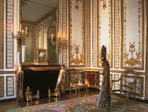 Grote ruimte, beeldhouwwerk en kroonluchter bij het Paleis van Versailles Stock Afbeelding