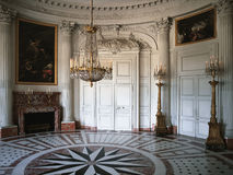 Grote ruimte met houten muur en schilderijen bij het Paleis van Versailles Royalty-vrije Stock Afbeelding
