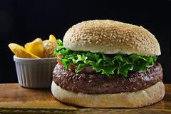 Grote rundvleeshamburger Stock Foto's