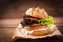 Grote sandwich - hamburger met de sappige hamburger van Turkije Royalty-vrije Stock Foto's