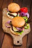 Grote sandwich - hamburgerhamburger met rundvlees, kaas, tomaat Royalty-vrije Stock Foto's