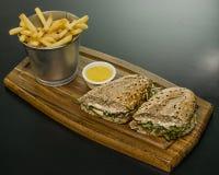 Grote sandwich met kubus van spaanders Royalty-vrije Stock Foto