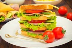 Grote sandwich, vlees, sla, kaas en groenten op geroosterd Houten achtergrond Close-up Royalty-vrije Stock Afbeelding