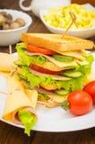 Grote sandwich, vlees, sla, kaas en groenten op geroosterd Houten achtergrond Close-up Stock Foto's