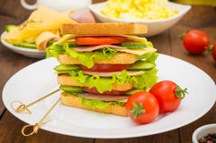 Grote sandwich, vlees, sla, kaas en groenten op geroosterd Houten achtergrond Close-up Royalty-vrije Stock Foto