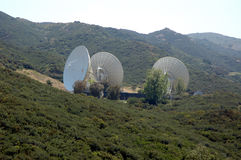 Grote satelliet dishs 2 stock fotografie