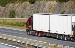 Grote schone vrachtwagen in beweging Royalty-vrije Stock Afbeeldingen