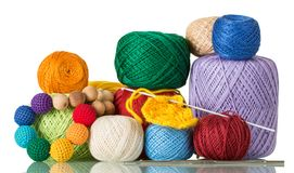 Grote selectie van garen in verschillende kleuren en texturen voor handdiecreativiteit, op wit wordt geïsoleerd royalty-vrije stock foto
