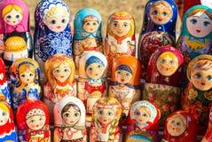 Grote selectie van matryoshkas Russische herinneringen bij giftsho Royalty-vrije Stock Foto