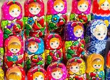 Grote selectie van matryoshkas Russische herinneringen bij giftsho Royalty-vrije Stock Afbeelding
