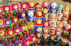 Grote selectie van matryoshkas Russische herinneringen bij giftsho Stock Foto's