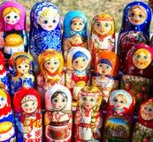 Grote selectie van matryoshkas Russische herinneringen bij giftsho Royalty-vrije Stock Afbeeldingen