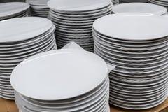 Grote selectie van platen in de opslagwerktuigen stock afbeelding