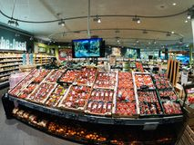 Grote selectie van tomaten in moderne supermarkt Stock Afbeelding