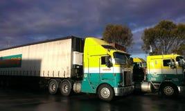 Grote semi aanhangwagenvrachtwagen Royalty-vrije Stock Fotografie
