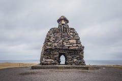 Grote sleeplijn van steenbeeldhouwwerk in Arnarstapi, Breidavik-West-IJsland Royalty-vrije Stock Foto