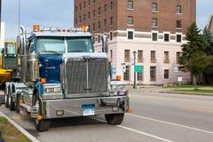 Grote slepende vrachtwagen in Buffels in de V.S. in de straat Frontale mening stock foto's